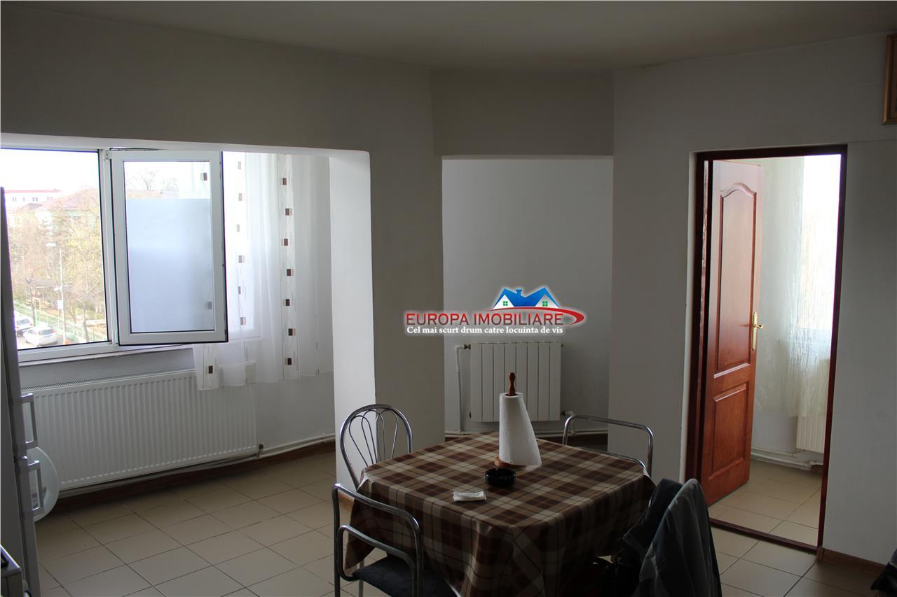 Apartament 4 camere zona Spitalului Judetean