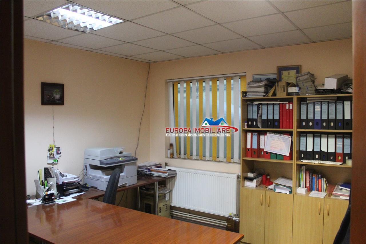 Cladire cu spatii de depozitare si birouri