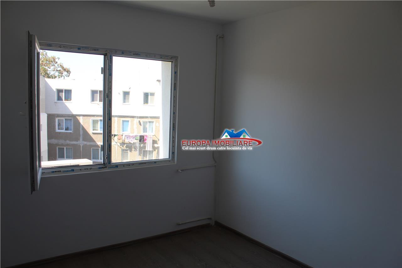 Apartament 3 camere de vanzare zona Marinaru